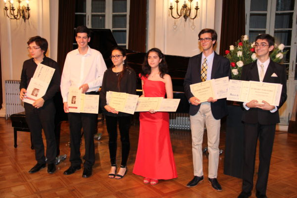 Ganadores del Certamen: Javier Valenzuela, Martín Cruzat, Montserrat Bravo, Catalina Arteaga, Juan Cristóbal Undurraga, Javier Rodríguez